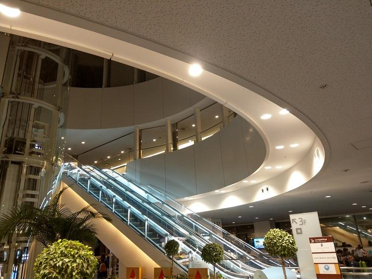羽田空港 ターミナル2 保安検査場通過後52番ゲート付近階段