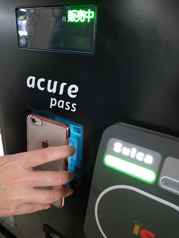acure pass対応自販機にQRコードをかざす