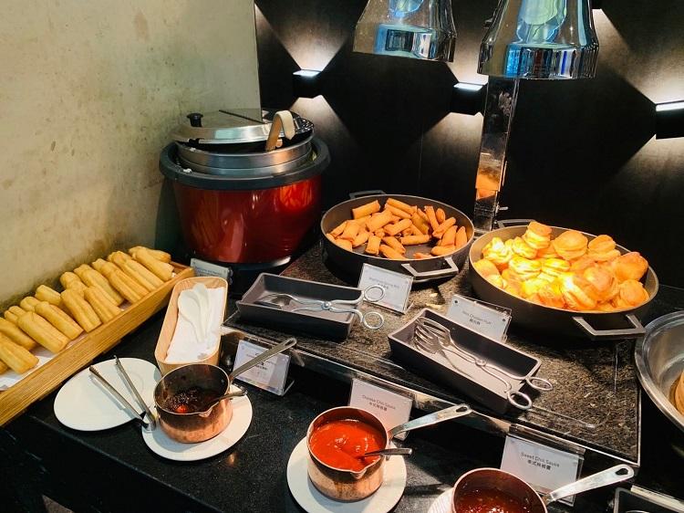 センチュリオンラウンジ スープ、春巻き、チキンパイ