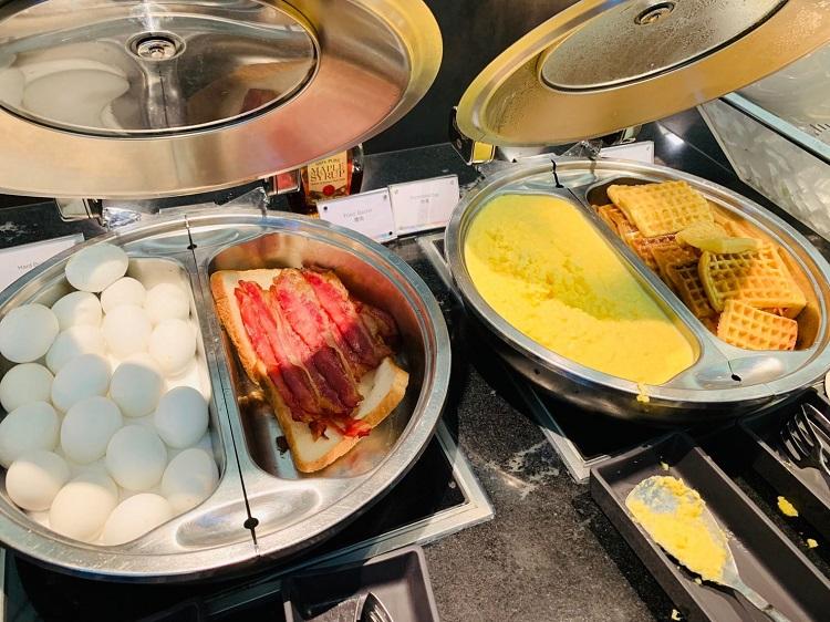 センチュリオンラウンジ 卵、ベーコン、ワッフル