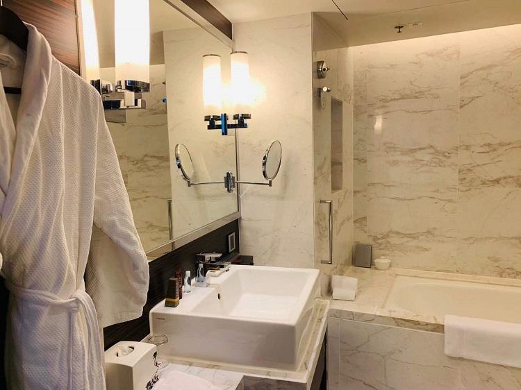 香港スカイシティ・マリオットホテル 洗面台とバス