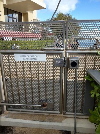 ハレクラニ プライベートビーチ入口