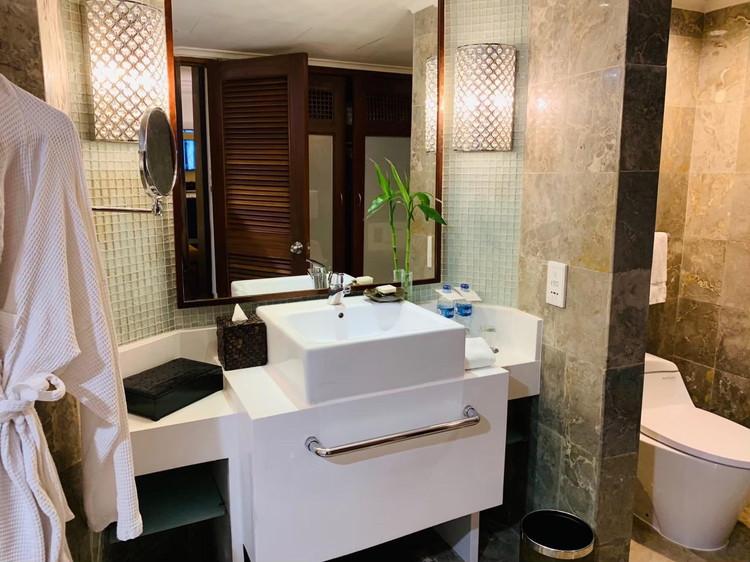スタジオ 洗面台とトイレ