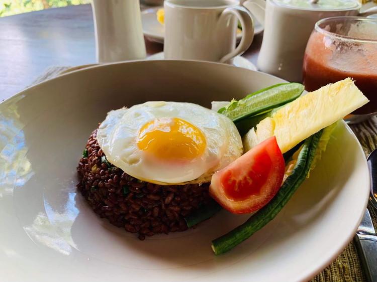 クドゥス(KUDUS) 朝食 赤米のチャーハン