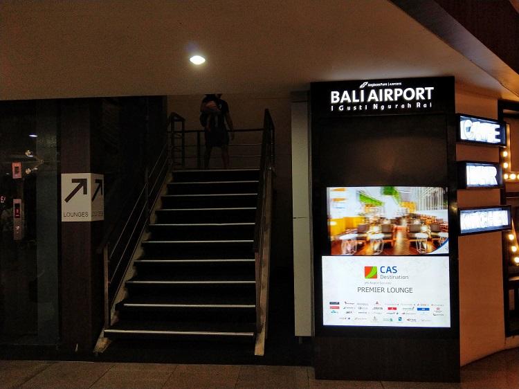 テンパサール空港 出国ゲート通過後 上の階への階段