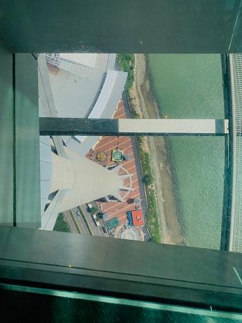 マカオ・タワー 展望台 ガラス張りの床2