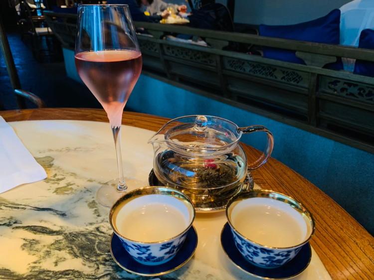 お茶とノンアルコールスパークリングワイン