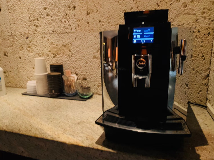 ザ・リッツ・カールトン沖縄 チェックインカウンター付近のコーヒーメーカー